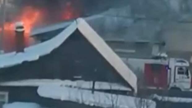 Дым видно из других районов: вНижнем Тагиле наСмычке горит частный дом