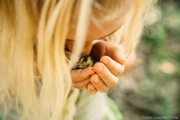 Девочка и лягушка. Фото: Терра Фондрист (США), 3-е место.