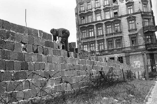 Стена постоянно укреплялась.