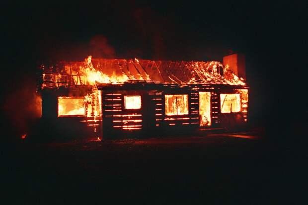 Жители района Карабаха сжигают свои дома