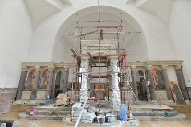 В храме на Большой Академической завершается монтаж каменного иконостаса