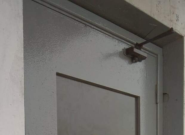 В доме по 3-ему Митинскому переулку починили входные двери — Жилищник