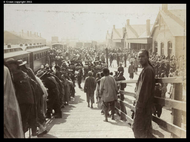 Китайцы и союзные войска на городском железнодорожном вокзале