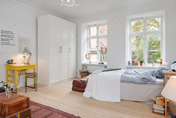 Белый шкаф и небольшой высокоэффективный радитор
