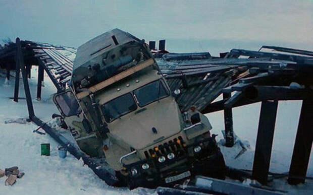 На Сахалине под грузовиком обрушился мост - местные жители оказались в блокаде