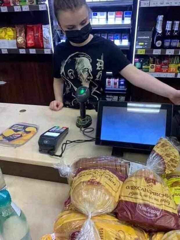 Украинская полиция в Запорожье проигнорировала продавщицу в футболке с Гитлером