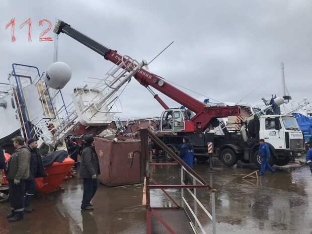 В трюме рухнувшего корабля на петербургском заводе ищут двух человек
