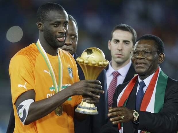 Капитан сборной Кот-д'Ивуара Яя Туре получает трофей из рук президента Экваториальной Гвинеи Обиянга Нгуэмы Мбасого