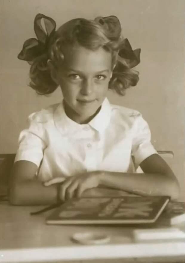 Как выглядела в детстве Анастасия Ягужинская из «Гардемаринов», и как с годами преобразилась ее красота, изображение №3