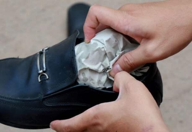 Намочите газеты и наполните ими обувь / Фото: nastroy.net