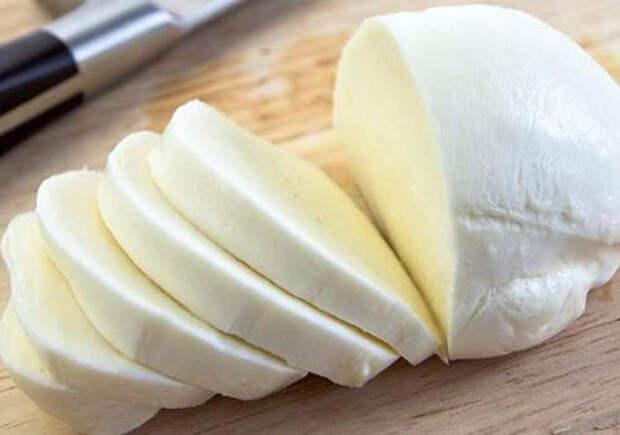 Белый сыр, который можно сделать самой из 2 л молока, 500 г сливок и 6 яиц