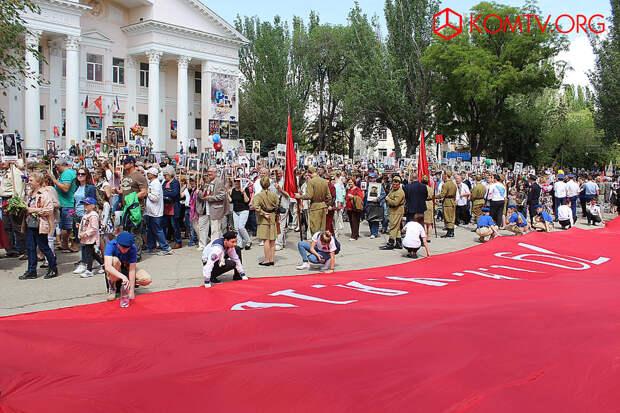 Феодосия 9 мая Знамя Победы развернуто на площади у кинотеатра «Крым».