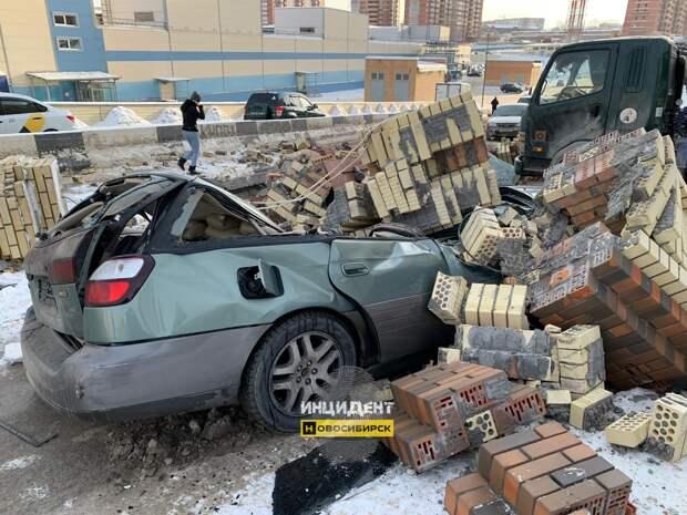В Новосибирске кирпичная арка раздавила Subaru Outback