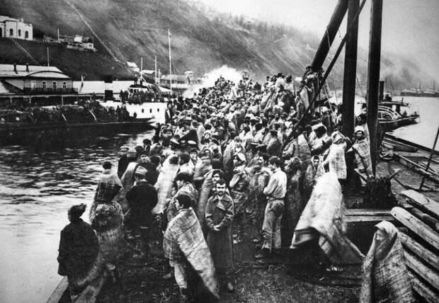 Чехословацкая плавучая тюрьма с 400 пленными красноармейцами на Каме близ Сарапула, 1918 год. история, ретро, фото, это интересно