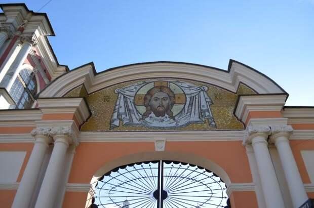 Патриарх Кирилл возглавил крестный ход в Александро-Невской лавре