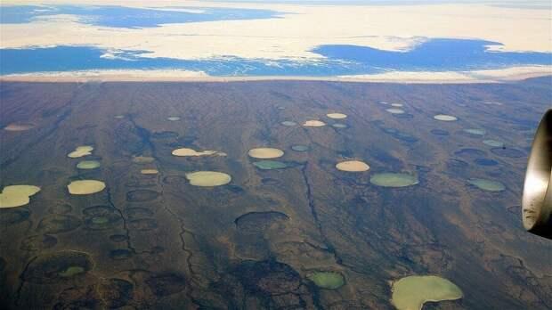 Термокарстовые кратеры в Сибири. Стив Юрветсон / Википедия.