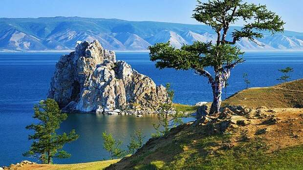 11. Озеро Байкал Стоит ли упоминать, что Байкал известен на весь мир как самое чистое и глубокое озеро, расположенное в центре Евразийского материка в окружении горных хребтов: Хамар-Дабан, Байкальский, Приморский и Баргузинский. Флора и фауна Байкала уникальны и включают разнообразные виды растений, животных, птиц и рыб, из которых 2/3 являются эндемиками. Байкалу присвоен статус «Участка Всемирного Наследия» ЮНЕСКО.