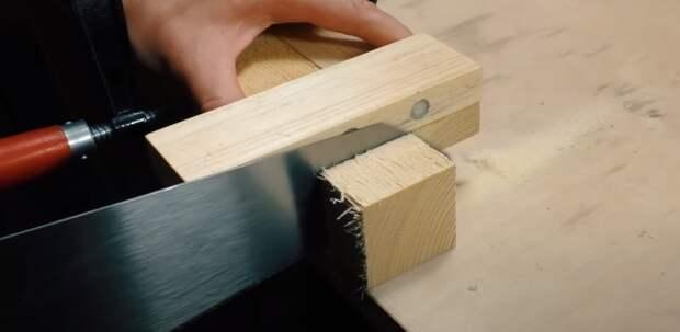 Магниты удерживают полотно пилы вертикально. /Фото: youtube.com/watch?v=KtMGEo47H4Q
