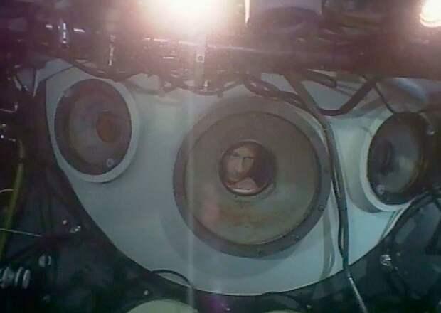 Стоп-кадр из видео показывает Владимира Путина в иллюминаторе мини-субмарины «Мир-2» в озере Байкал, 1 августа 2009 года. На борту подводного аппарата Путин погружался на глубину 1400 метров, чтобы осмотреть ценные кристаллы.