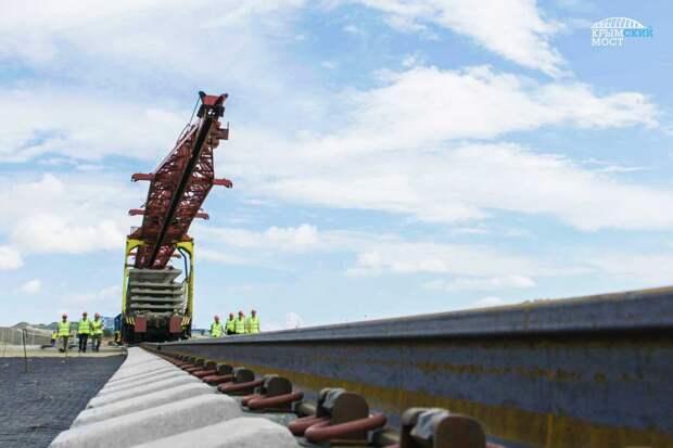 На Крымском мосту приступили к установке железнодорожного пути