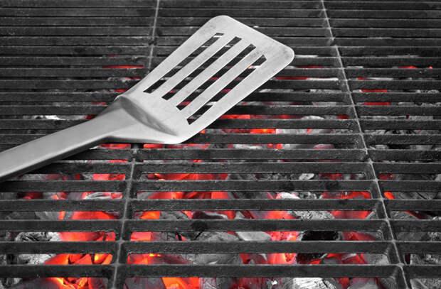 Как правильно переворачивать мясо при жарке