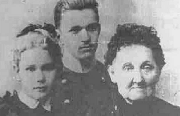 Лиля Дмитриева с матерью и братом./ Фото: chtoby-pomnili.net