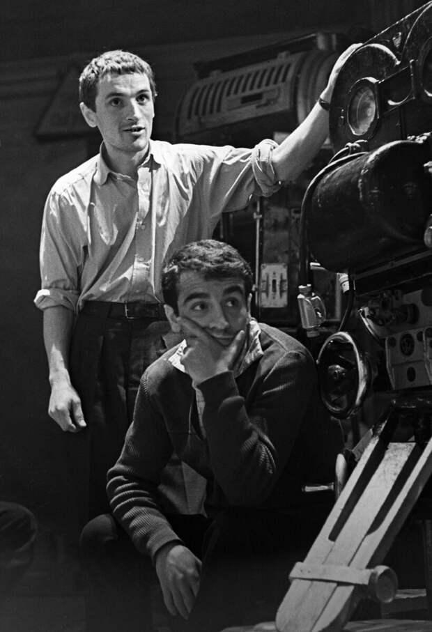 Кинорежиссер Эдмонд Кеосаян (сидит) и кинооператор Дмитрий Коржихин. 1964 г.
