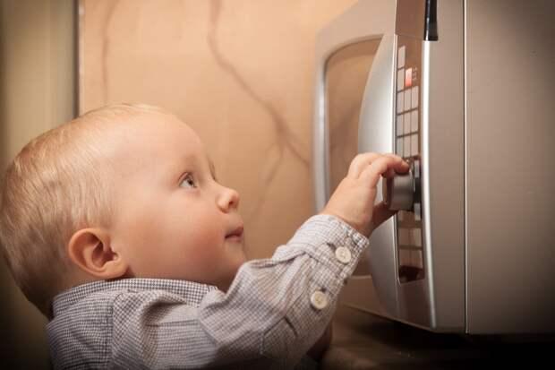 Телефон вмикроволновке, ключи врозетке идругие ошибки детства сReddit