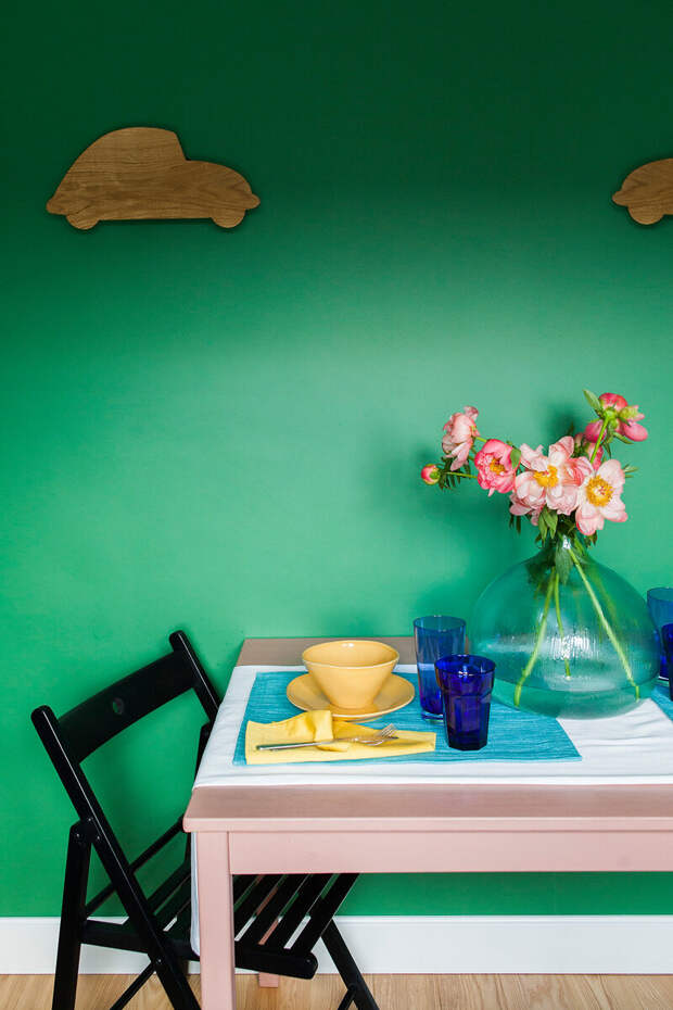 Рискнули бы сделать темно-зеленые стены в квартире? А вот в этой однушке Да! Сделали красиво и не переборщили