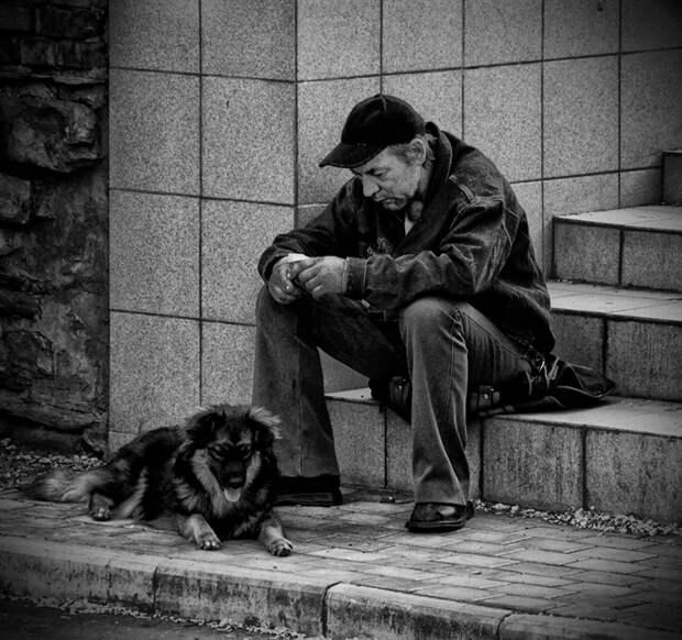 «Одинокий мужичок за пятьдесят»: почему у нас мужчины живут меньше женщин?