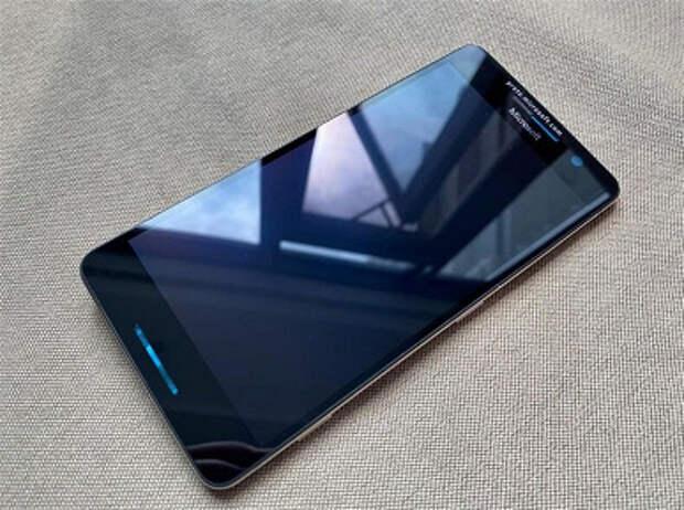 В Китае за $700 продают интересный смартфон Microsoft, который так и не вышел