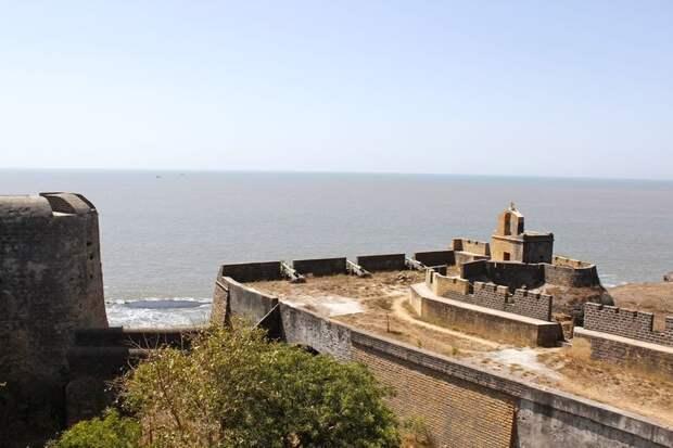 Вид на море с многократно перестроенного укрепления Сан-Тьяго в наши дни. de.wikipedia.org - Диу: недружественный визит | Warspot.ru
