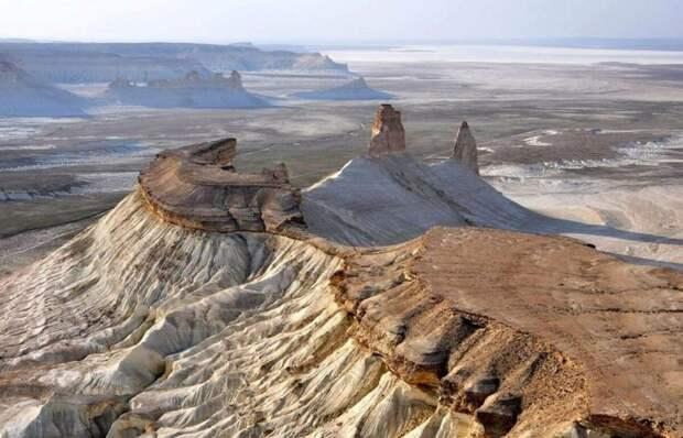 Плато Устюрт и его каньоны. Казахстан. Разрушенная береговая линия Аральского моря после того как вода ушла. Сюда теперь водят экскурсии. Фото Яндекс. Картинки.