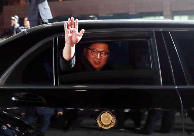 Лидер Северной Кореи Ким Чен Ын волны в машине. | Фото: cheatsheet.com.