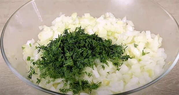 Смешиваем шесть луковиц и немного муки: большая миска котлет без затрат готова за 30 минут