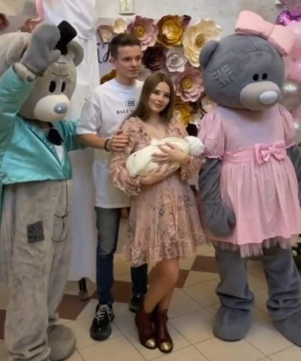 Арсений Шульгин забрал жену с новорожденной дочерью из роддома