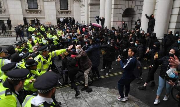 Разгон демонстрантов в центре Лондона, июнь 2020 года EPA-EFE/ANDY RAIN