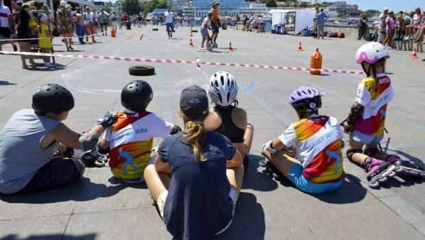 Набережную в Севастополе захватили дети на роликовых коньках