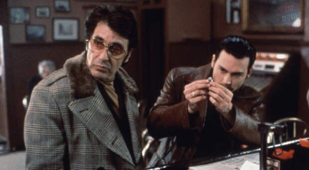 В конце 70-х агент ФБР Джо Пистоне (Джонни Депп) получает приказ внедриться в одну из мафиозных семей Нью-Йорка под псевдоним Донни Браско. Новобранца берет под свое крыло опытный, но недалеко продвинувшийся гангстер Бен Руджеро по прозвищу Левша (Аль Пачино). Со временем Джо замечает, что мафиози в его душе постепенно берет верх над полицейским.