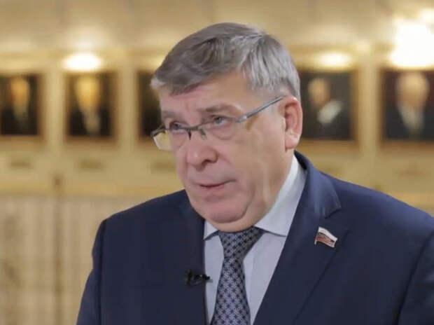 Сенатор призвал не имеющих денег на обувь россиян не уподобляться поп-звездам