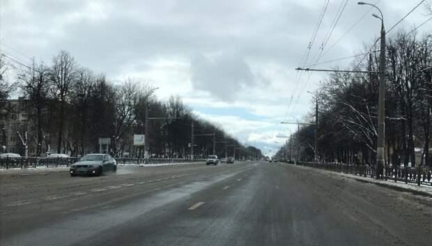 Рабочие приступили к антигололедной обработке региональных дорог в Подольске