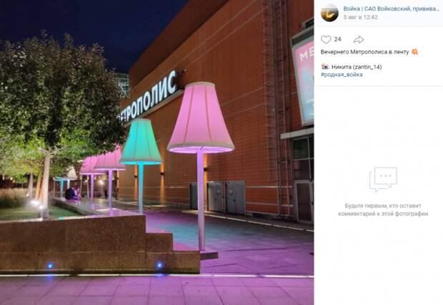 Фото дня: разноцветные торшеры-гиганты на Ленинградке