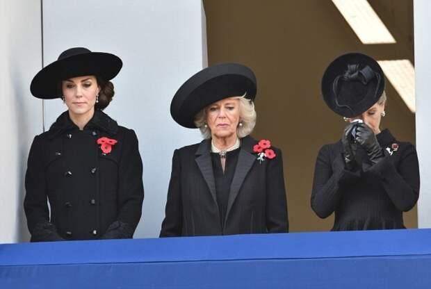 Траурный наряд монаршие особы берут с собой в поездки