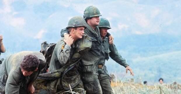 Военнослужащие оказывают помощь своему товарищу, апрель 1968 года