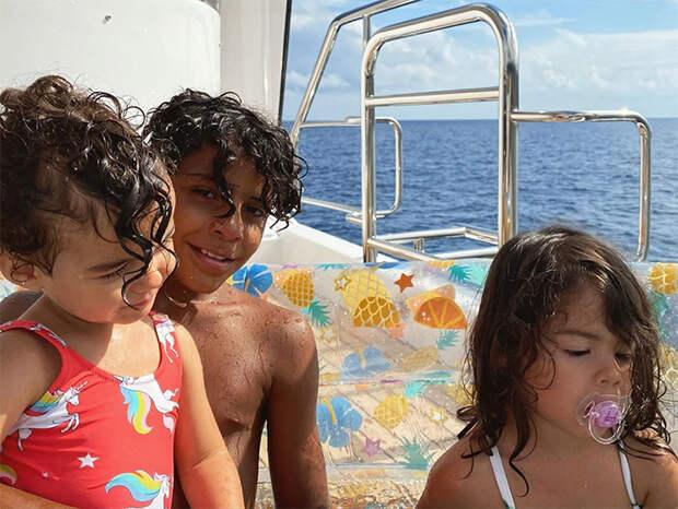 Криштиану Роналду отдыхает с Джорджиной Родригес и детьми на своей новой яхте за 7 миллионов долларов у берегов Италии