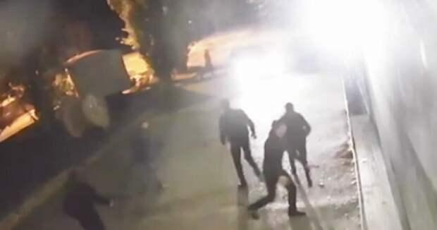 Видео: сотрудники ночного клуба обстреляли дебоширов