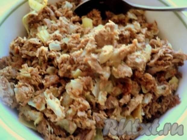 Затем добавить к луку молотое мясо и тушить все вместе 3-4 минуты. Посолить и поперчить по вкусу. Начинку для вареников охладить.
