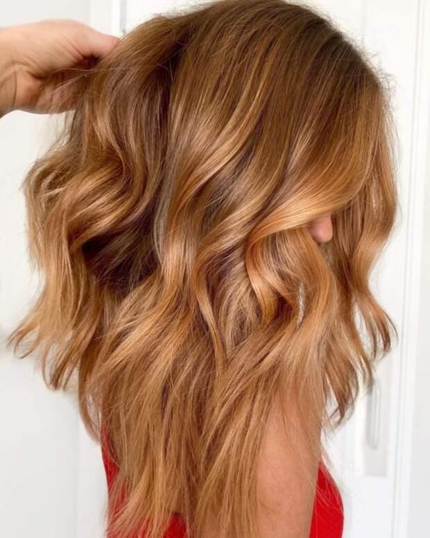 девушка с волосами оттенка карамельный блонд