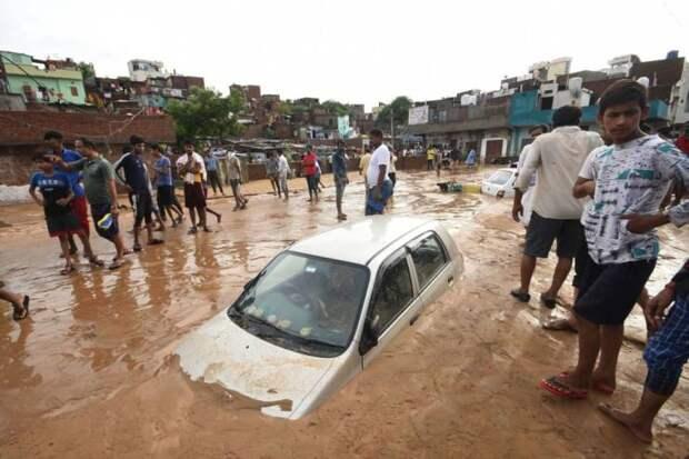 Утонувший во время наводнения автомобиль
