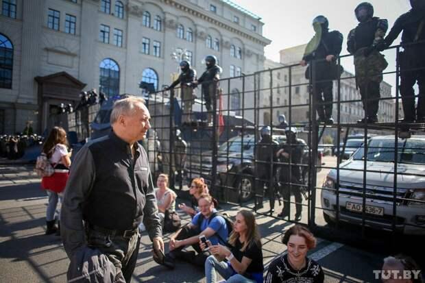 К протестующим у резиденции Лукашенко в Минске подошли БТРы